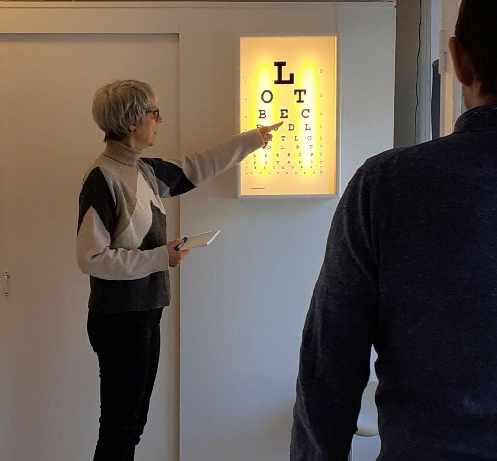 Hanne Simonsen med en patient der laver en øje-test - Øjenbehandling akupunktur