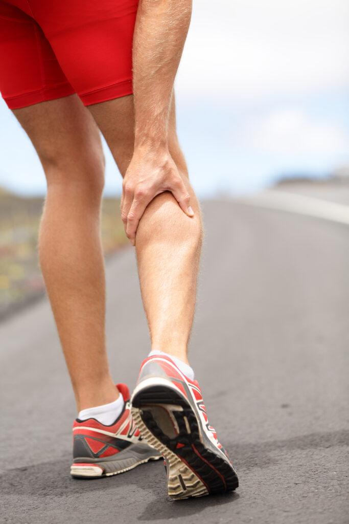 En person der har ondt i benene fordi han har fibersprængning -  Fibersprængninger