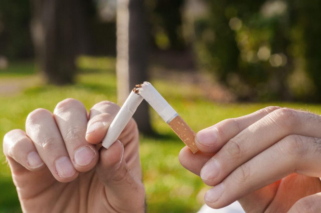 Et billede af nogen der knækker et cigarette i to - Tobaksafvænning